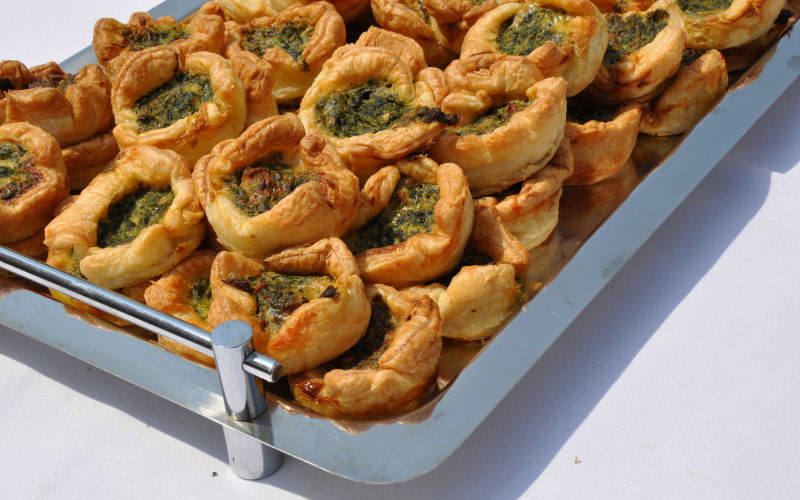 Mini-Quiche mit Lachs und Spinat - Caduli Catering